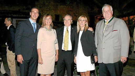Arturo Lope, Queta Romaguera, Miguel Estade, Catalina Soler y Norbert Ullmann, en el cóctel previo a la cena.