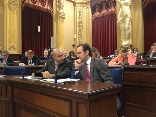 José Ramón Bauzá y Antoni Gómez, esta mañana en el Parlament.