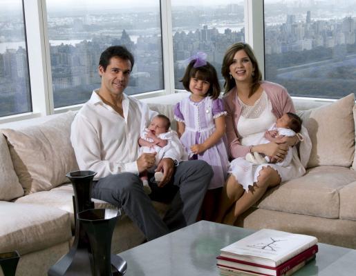 Los duques de Anjou, Luis Alfonso de Borbón y su esposa Margarita Vargas Santaella, posan en su vivienda de Nueva York, ciudad donde viven temporalmente, con sus mellizos Luis y Alfonso, nacidos el pasado día 28 de mayo en la Gran Manzana y su hija mayor Eugenia, que nació en 2007.
