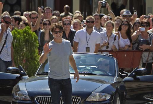 """El actor Tom Cruise saluda a las personas que esta mañana se han acercado a ver la recreación de una escena de la película """"Knight and Day""""."""