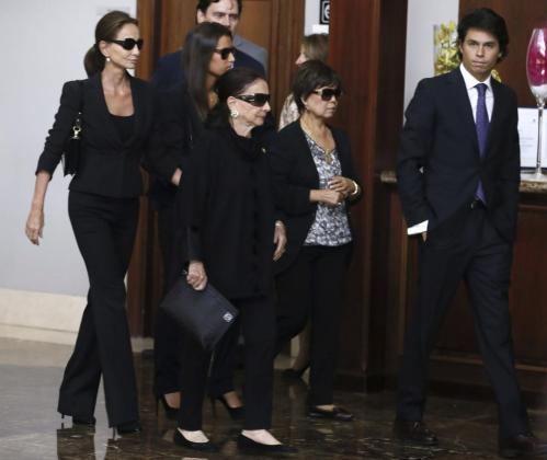 Isabel Preysler (i) y Ana Boyer, esposa e hija, respectivamente, del exministro Miguel Boyer, junto a otros familiares en el Tanatorio San Isidro de Madrid.