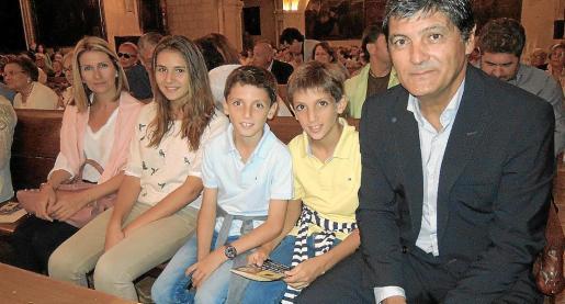 Toni Nadal acompañado de su mujer, Joana Maria Vives, y de sus hijos Marta, Toni y Joan.