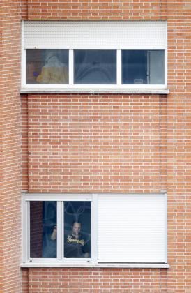 Javier Limón, marido de la infectada por ébola Teresa Romero, mira por la ventana de su habitación del hospital Carlos III de Madrid.
