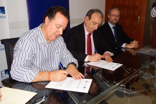 El alcalde de Inca, Rafel Torres y el director general de Endesa Baleares, Ernest Bonnín, durante la firma del convenio.