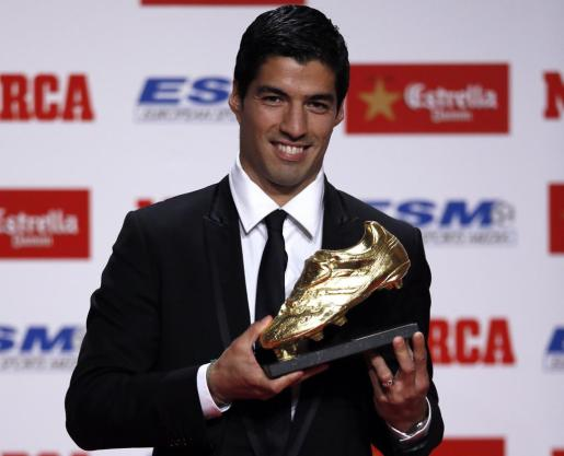 El delantero del FC Barcelona Luis Suárez ha recibido la Bota de Oro como máximo goleador de las competiciones europeas la pasada campaña, cuando militaba en el Liberpool inglés.