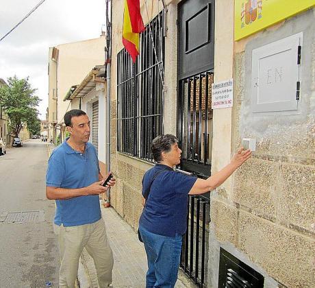 Los concejales Catalina Esteva y Jaume Servera en el momento de acudir a la Guardia Civil para denunciar al equipo de gobierno de Sóller.
