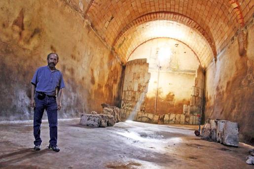 El historiador Cosme Aguiló en el aljibe del siglo XVIII, que será sometido a una reforma en la zona del filtro de entrada de agua.