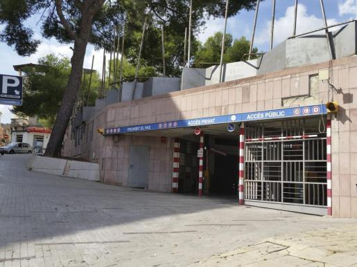 El acceso público al aparcamiento de la plaza Mallorca está cerrado con una barrera.