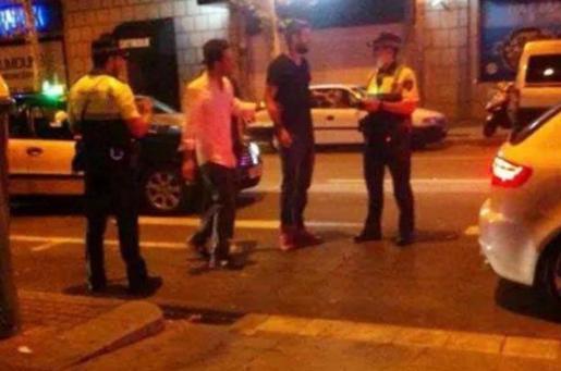 Piqué discutiendo con un agente de la Guardia Urbana de Barcelona.