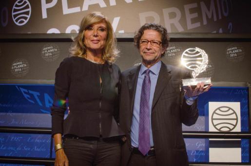 El ganador del Premio Planeta, Jorge Zepeda, junto a la finalista Pilar Eyre.