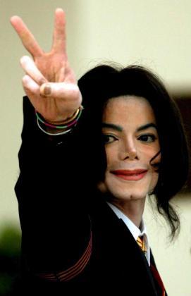 Fotografía de archivo que muestra al cantante estadounidense Michael Jackson quien saluda a sus seguidores a su llegada a la Corte Superior del condado de Santa Bárbara, en Santa María, California (EEUU).