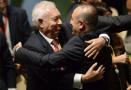 El ministro español de Exteriores José Manuel García-Margallo (izda) es felicitado por su colega turco Mevlut Cavusoglu tras la elección de España como miembro no permanente del Consejo de Seguridad para el período 2015-2016, en la sede de Naciones Unidas, Nueva York, Estados Unidos, el 16 de octubre del 2014.