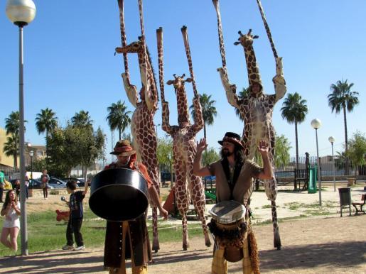 La formación Xirriquiteula de Catalunya amenizó la comida de compañías con la representación de 'Girafes' en el Parc Josep Maria Llompart.