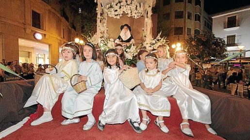 Carroza de La Assumpció, con la Beata vestida de payesa rodeada de angelitos.