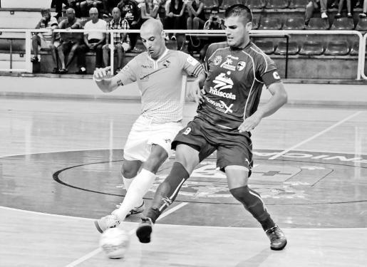El capitán del Palma Futsal, Vadillo, trata de cortar el pase de su homólogo en el Peñíscola, Juanqui, en un lance del partido disputado ayer en Benicarló .