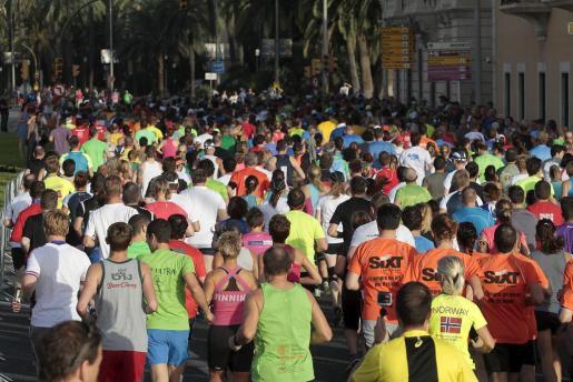 Los participantes, poco después de comenzar la TUI Marathon.