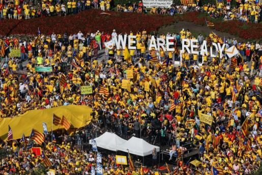 Miles de personas participan en la concentración convocada en la plaza de Catalunya Barcelona por la Assemblea Nacional Catalana (ANC) y Òmnium Cultural.