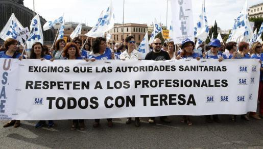 José Ramón, hermano de Teresa Romero, la auxiliar de enfermería infectada de ébola, entre los participanes en la manifestación de la 'marea blanca' en Madrid.