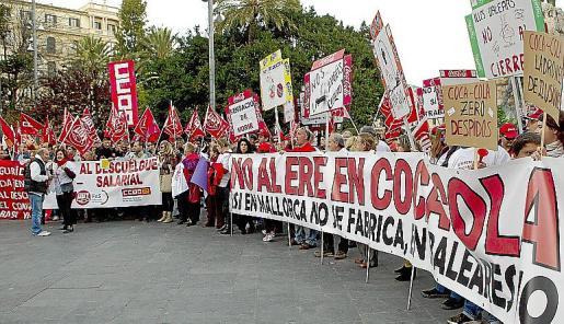 Concentración de trabajadores de Coca-Cola, hoy en la Plaza de España de Palma, para protestar por el ERE presentado por la compañía multinacional que supondría el despido de 750 trabajadores y el cierre de cuatro plantas en España, entre ellas la de Palma de Mallorca.