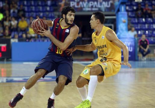 El alero del Barcelona Alex Abrines (i) intenta superar al alero estadounidense del Herbalife Gran Canaria Kyle Kuric.