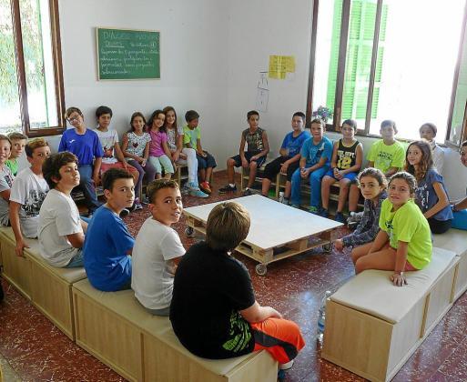 El nuevo espacio donde se reúnen los niños se ha creado a partir de palés y de muebles que han ido confeccionando en el colegio.