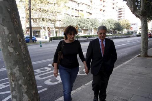 Jane King llegando al juzgado esta mañana junto a su abogado, Eduardo Valdivia.