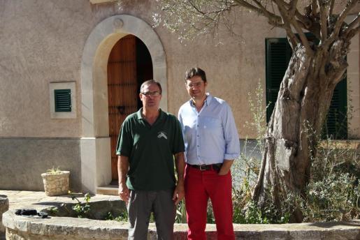 Viçens Vaquer junto al alcal de Montuïri, Jaume Bauçà, durante la presentación de la iniciativa de este vecino de montar una estación metereológica en su casa.