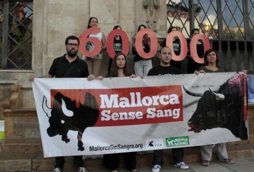 Representantes de Anima Naturales y CAS han escenificado ante Cort la entrega de sesenta mil firmas para pedir la abolición de las corridas de toros en Palma.