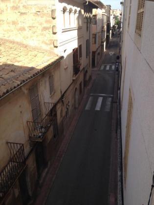 Vista de la estrecha y céntrica calle Convent.