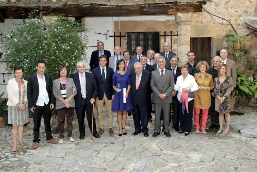 Momento de la de entrega del galardón a Laura Plaza, que contó con la presencia del alcalde de Palma, la viuda e hijo de Buchens, amigos, una amplia representación de directivos del Grup Serra, así como responsables de la Fundación Actilibre, la UNED o la UIB.