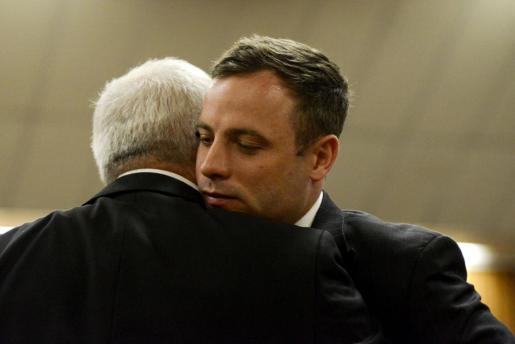 Oscar Pistorius, dando un abrazo a su padre.
