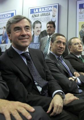 El exsecretario general del Partido Popular, Ángel Acebes (i), y el expresidente de la Comunidad Valenciana, Eduardo Zaplana, durante su participación en los encuentros 'La razón de...' organizados por el diario La Razón, en 2011.
