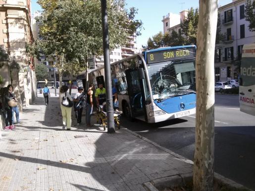 Momento en que el jóven es atendido tras ser atropellado por el autobús.