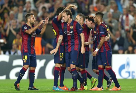 El delantero argentino del FC Barcelona Lionel Messi celebra con sus compañeros el gol marcado al Ajax de Amsterdam, segundo para su equipo, durante el partido correspondiente a la tercera jornada de la Liga de Campeones.