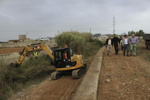 Momento de la visita de Biel Company a los trabajos de limpieza del torrente de Búger que se realizan con excavadora.