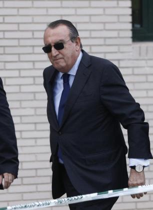 El expresidente de la Diputación de Castellón Carlos Fabra, a su llegada a la Audiencia Provincial para asistir a la penúltima jornada del juicio contra él por tráfico de influencias, cohecho y delitos contra la Hacienda pública.