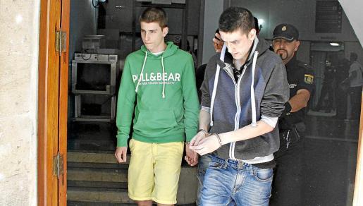 Andreu Coll, a la izquierda de verde, junto a Francisco Abas, en los juzgados de Palma.