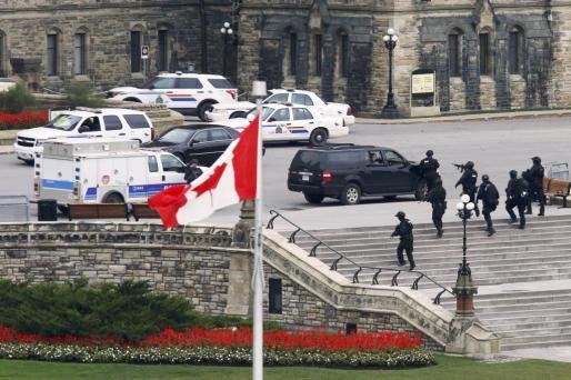 Miembros del servicio de emergencia aseguran una zona cerca de la sede del Parlamento en el centro de Ottawa.