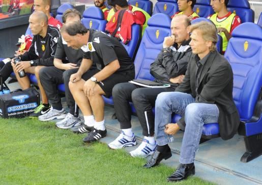 Valeri Karpin, junto a miembros de su cuerpo técnico, en el encuentro del Real Mallorca contra el Zaragoza en la Romareda.