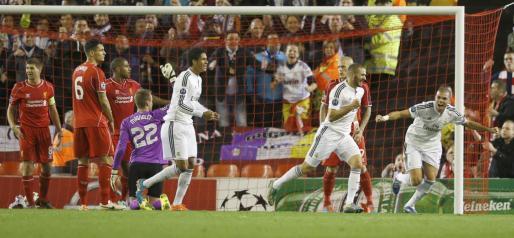 Karim Benzema celebra con Pepe la consecución del tercer gol del Real Madrid ante el Liverpool.