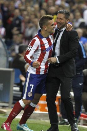 El delantero francés del Atlético de Madrid Antoine Griezmann celebra con su entrenador, el argentino Diego Pablo Simeone, el gol marcado ante el Malmoe, el tercero del equipo, durante el partido correspondiente a la tercera jornada de la fase de grupos de la Liga de Campeones.