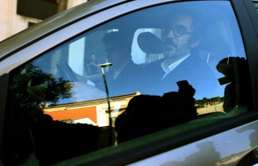 El abogado Cristóbal Martell sale de la casa de su cliente Oleguer Pujol, hijo menor del expresidente catalán Jordi Pujol, que ha sido detenido hoy por la policia para facilitar el registro de su casa de Barcelona y evitar la destrucción de pruebas.