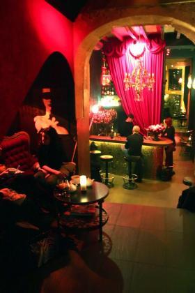 Una ambientación a lo cabaret de los años 20 envuelven a este café en una atmósfera seductora.