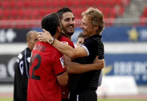 Pau Cendrós, Pedro Bigas y Valeri Karpin celebran un gol en la victoria por 2-0 del Mallorca ante el Alavés.