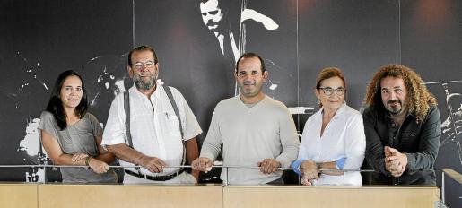 La familia casi al completo: Malén, Miquel, Loren Jaume, Francisca Coll y Miki Jaume en las oficinas.