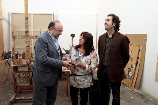Bartomeu Llinàs entregó la emdalla de Artista de l'Any a Maria Carbonero, junto a Pere Joan Martorell.