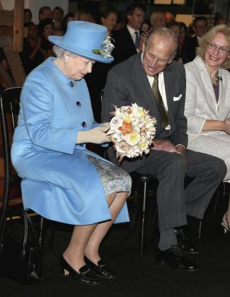 La Reina Isabel II escribiendo su primer tuit desde el Museo de la Ciencia de Londres.