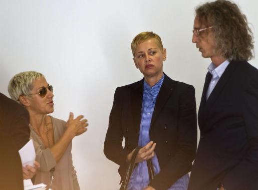 La cantante Ana Torroja y la exmodelo Esther Arroyo en el Juzgado de lo Penal nº 2 de Cádiz, donde se ha celebrado la vista oral por el accidente de tráfico, ocurrido en octubre de 2008, que dejó incapacitada a la actriz gaditana debido a las graves lesiones que sufrió.