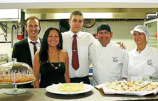 Juan Carlos Aguiló, Wilma Rengifo, Matías Sarmiento, el cocinero José Góngora y Emith Góngora.