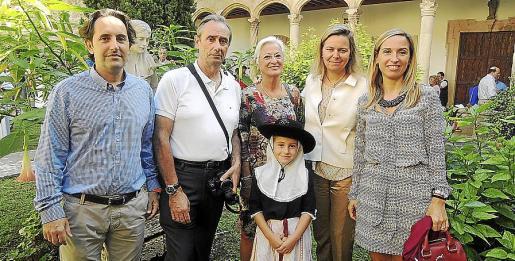 Toni Giménez, Félix Regidor, Pilar Ferrer, María Salom, presidenta del Consell de Mallorca; y Pilar Andreu. Delante: Pilar Catalina Thomás Giménez Andreu.